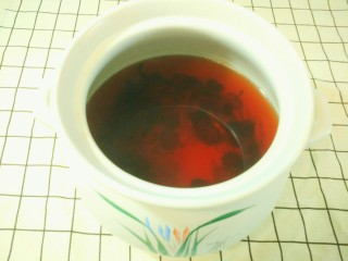 凉夏酸梅汤,冰糖融化后,关火,放在一边摊凉一会。