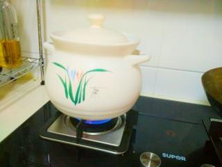 凉夏酸梅汤,先用大火煮沸。