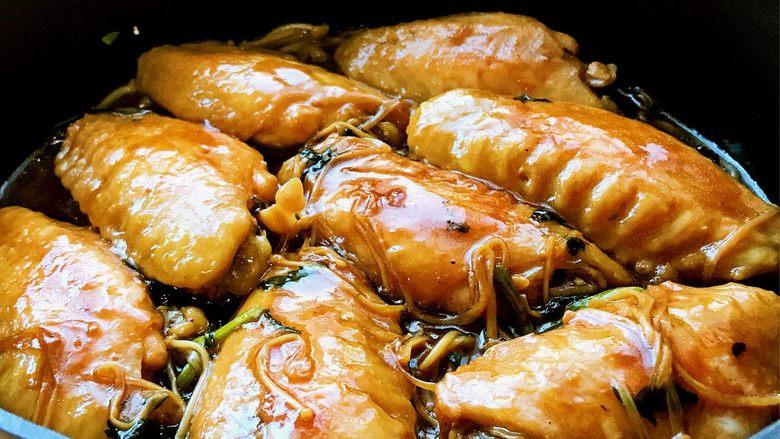 金针菇鸡翅煲,将金针菇放入容器底部,放上鸡翅。