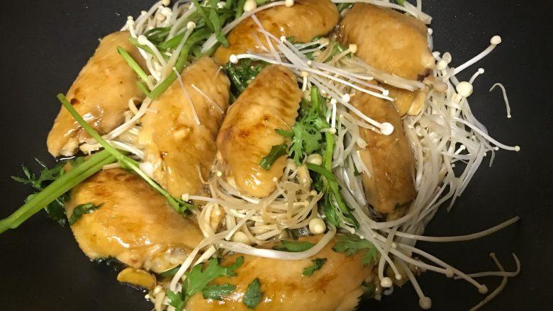 金针菇鸡翅煲,将洗净的金针菇放入锅底(我还放了些茼蒿),然后再放上鸡翅。