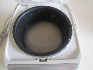 小龙虾盖浇饭,洗好米, 放入电饭煲中, 煮好米饭;