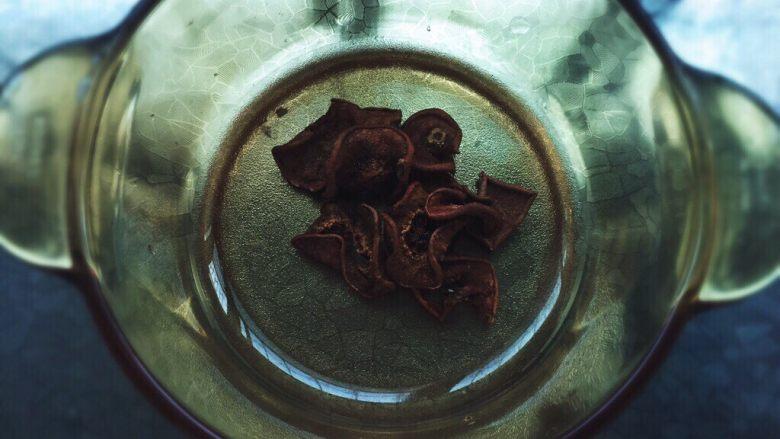 酷夏酸梅梨汤,放入梨干,在各个市场都有,大家可以买。也可以自己晾。