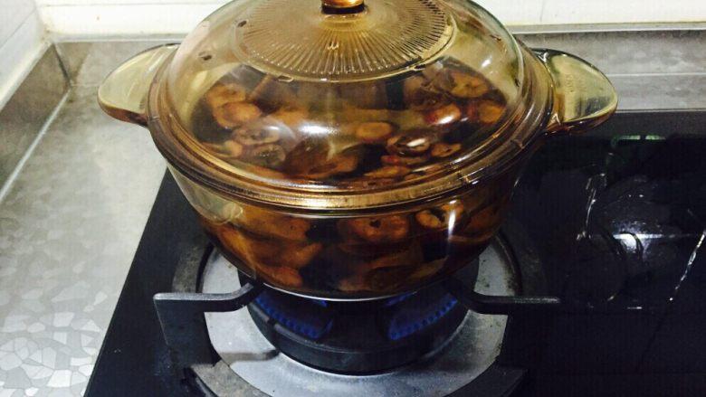 酷夏酸梅梨汤,浸泡后,用小火炖20分钟。