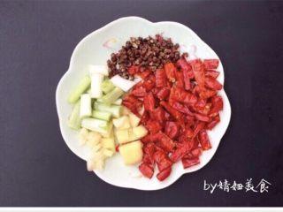 辣子鸡~香喷喷火辣辣,葱姜蒜,干辣椒、花椒适量