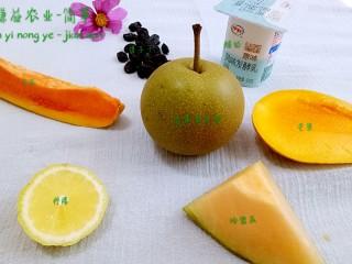 简箪梨子酸奶沙拉,原料:简箪梨子  酸奶  芒果  哈密瓜  柠檬  红心木瓜  提子干(这是1-2人量)