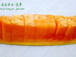 简箪梨子酸奶沙拉,木瓜用刀沿着皮切断  再切成小块