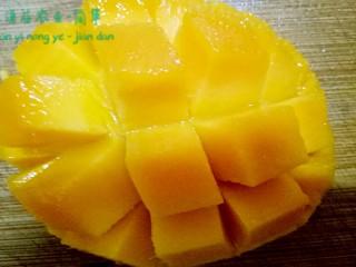 简箪梨子酸奶沙拉,芒果划格子 然后沿着皮切下