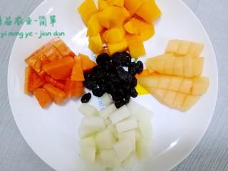 简箪梨子酸奶沙拉,水果全部切好备用