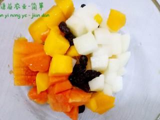 简箪梨子酸奶沙拉,把切好的水果放到碗里