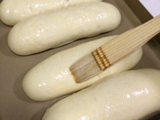 香葱芝士面包,面包发酵至2倍大时取出,刷上鸡蛋液。