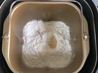 香葱芝士面包,把面包所需的除温水和黄油以外所有的材料放入面包机内,启动面包机发面功能。(我的面包机发面功能是揉面+发酵,合计是1小时40分钟)