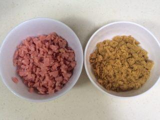香葱芝士面包,趁面团静置的时候,准备好肉松,切好香肠粒。