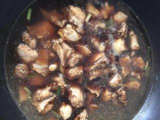 土豆焖鸡肉,翻炒均匀加热水没过鸡块,大火烧开小火焖30分钟(建议热水煮,鸡肉更嫩)