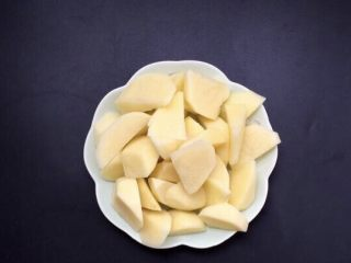 土豆焖鸡肉,土豆两个去皮切滚刀块,在清水里过下水控水备用