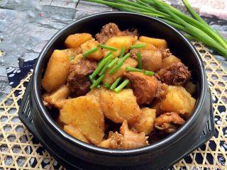土豆焖鸡肉,成品:特别香喷喷的土豆焖鸡肉就完成啦,味道特别鲜美,汤汁泡饭特好吃,口感灰常好!