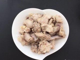 土豆焖鸡肉,锅中水烧开鸡肉下锅煮3-5分钟,去除浮沫