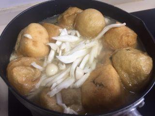 油豆腐塞肉,全部塞完放汤锅里,加入高汤和清水,清水的量无所谓,喜欢喝汤就多加一点,不喜欢就少加一点,煮开后可以加些菌菇进去,使汤的味道更鲜美。