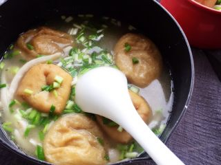 油豆腐塞肉,关火撒葱花,可加少许盐,高汤是咸味的话可不加,可以尝一口在加盐,稍微加一点,味道淡一点。