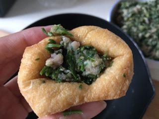 油豆腐塞肉,用筷子塞进肉馅,多少随意,不要塞的非常多就可以了,稍微留点空隙吃的时候有汤汁。