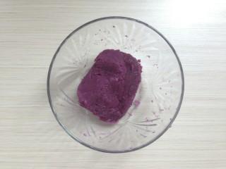 紫薯松糕,紫薯切片隔水蒸熟,用汤匙压成泥。