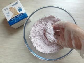 紫薯松糕,用手搓均匀,再逐少量添加水。由于紫薯含水量不同,配方里的水量仅供参考,搓到可以用手抓一把能成团,但轻压一下会成颗粒状。