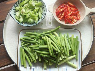 蒜薹炒鸡胗,蒜薹洗干净后切段,小米椒切成辣椒圈,青椒切小块;