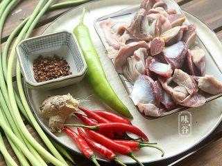 蒜薹炒鸡胗,准备好材料;