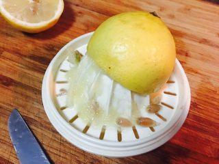 番茄酱,转好的柠檬,这时,汁水已经在下面一层了。