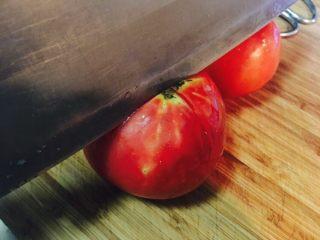番茄酱,我们先来去皮:番茄顶部,划个十字。