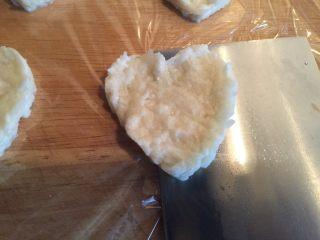 藕饼,用刀铲起,铲到锅里