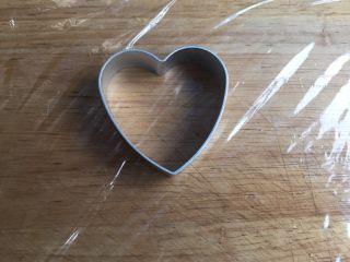 藕饼,砧板铺上保鲜膜,准备一个饼干模型(没有模具的直接取适量揉成圆球压扁即可,做成圆形)