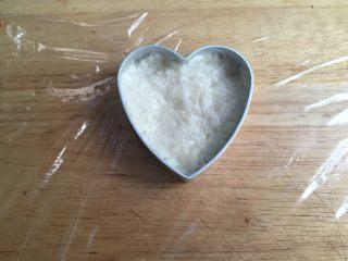 藕饼,取适量调好的藕丝放入模具,压扁。高度是此模具的2/3,大概0.7--0.8cm这样