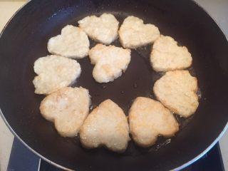 藕饼,底下有点固定了就可以翻面,使油沾到两面。