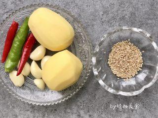 凉拌土豆片,食材准备:土豆2个、青椒1个、小米椒2个、蒜瓣4个、芝麻少许