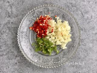 凉拌土豆片,青红椒和蒜瓣切碎(图中的红色小米椒偏辣,不能吃辣的放甜椒代替)