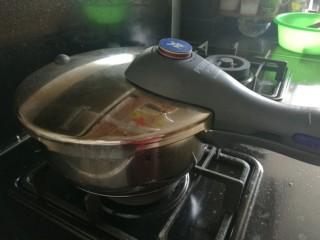 红酒卤鸭腿,盖上高压锅锅盖,大火煮开后转小火焖半个小时。