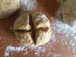 枣馒头,用刀子在面团上划个十字 如果刀黏 可以沾些面粉
