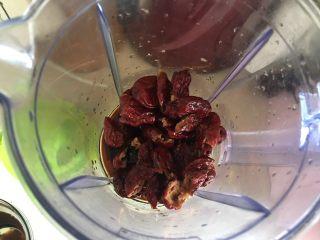 枣馒头,放入料理机打碎 加红糖水