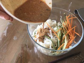 五分钟搞定芝麻拌面,把黄瓜和胡萝卜丝和面放在一起然后加入调的酱