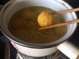 让你欲罢不能的欢乐土豆球,小火,慢慢炸至金黄;