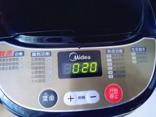 蜜豆小面包,启动面包机,自动和面20分钟。