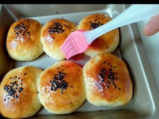 蜜豆小面包,戴上隔热手套取出烤盘,立即刷上一层玉米油,这样会更好的锁住水份。