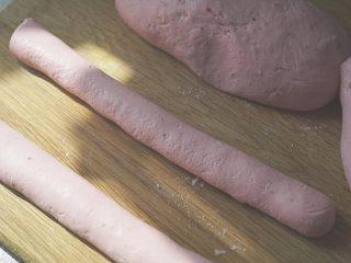 粉粉的芋圆,将面团揉成条,然后切成两厘米的小条。