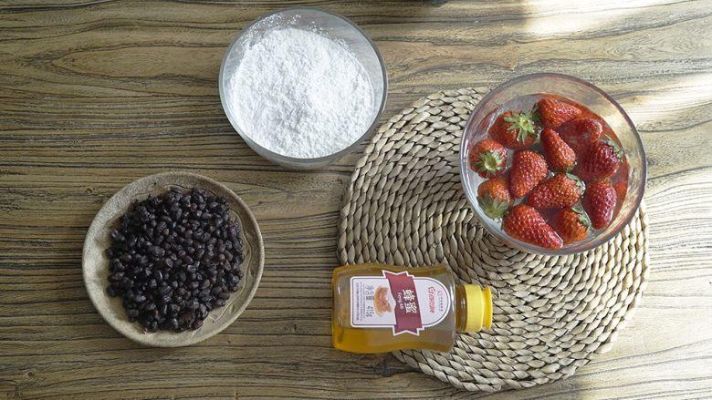 粉粉的芋圆,蜜红豆是红豆和冰糖煮的,豆子不能煮烂。