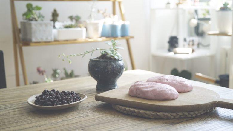 粉粉的芋圆,面团静置,夏日最好在冰箱冷藏五分钟。