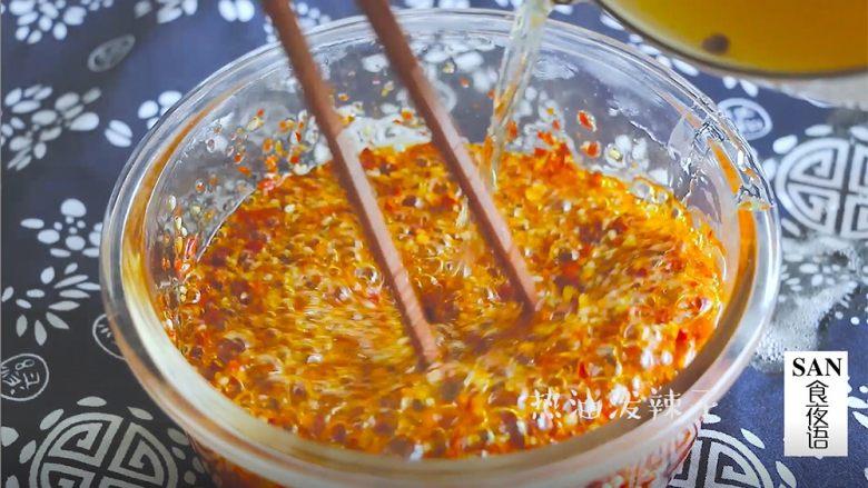 油泼辣子+川味凉面,将辣子面和芝麻搅拌均匀,将热油分三次放入,一香,二辣,三出色