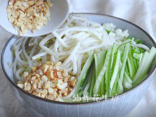 油泼辣子+川味凉面,然后将豆芽放入,放面,上面放葱姜末,黄瓜丝豆芽,以及炸花生碎