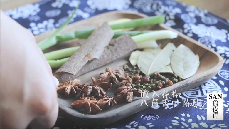 油泼辣子+川味凉面,将做油泼辣子的香料准备好,葱切段,姜切片