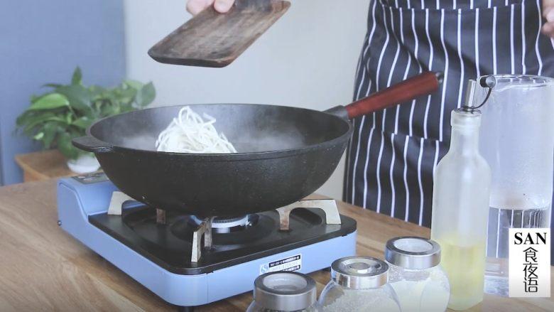 油泼辣子+川味凉面,煮面,水开后,加冷水,反复三次即可