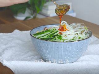 油泼辣子+川味凉面,浇上刚刚做好的油泼辣子即可开吃啦